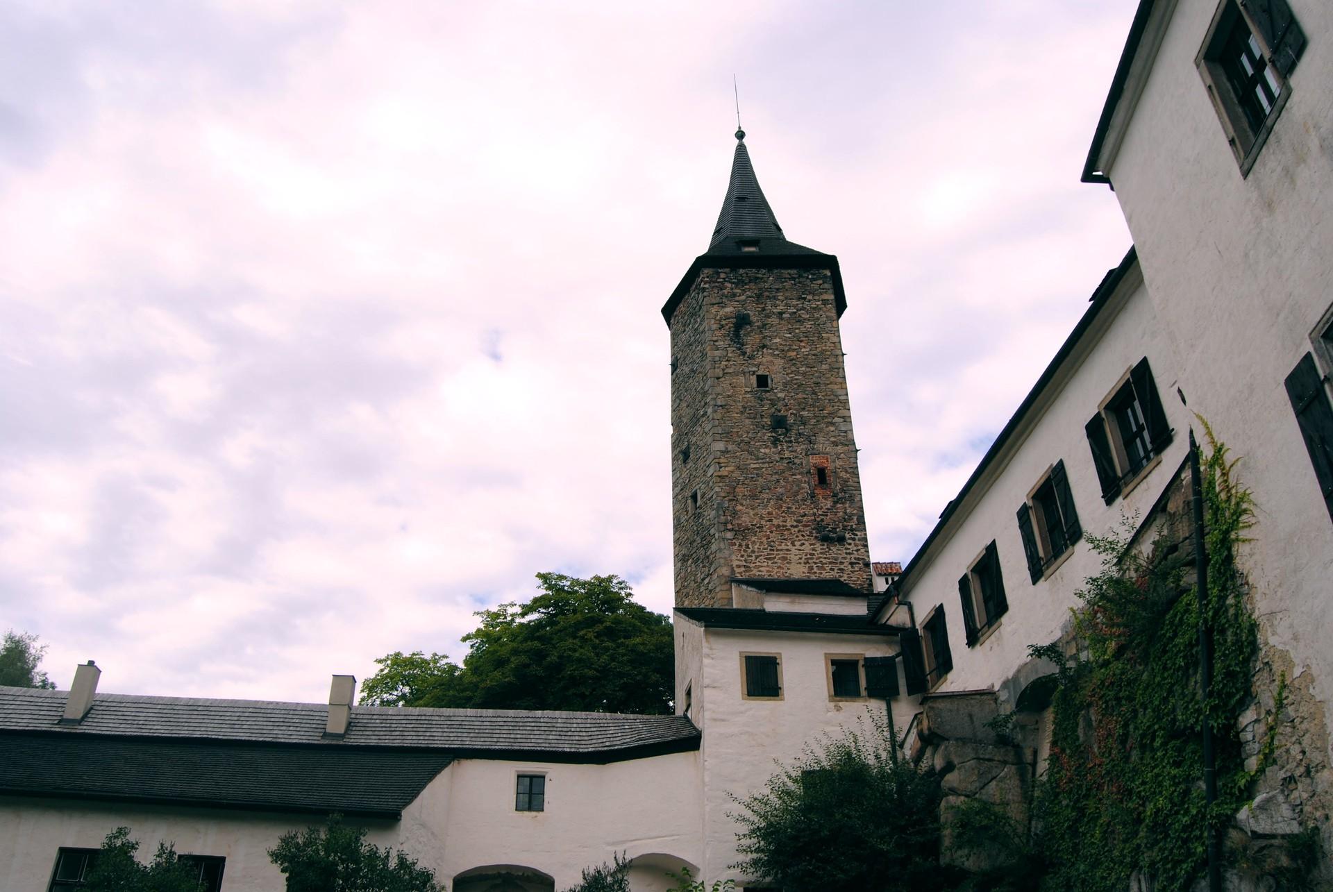 Original hrad ro tejn s p ilehlou zahradou a zbytky opevn n   doup