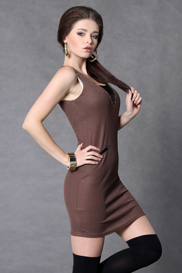 4011-2 Sukienka na ramiączkach z dżetami - czekolada