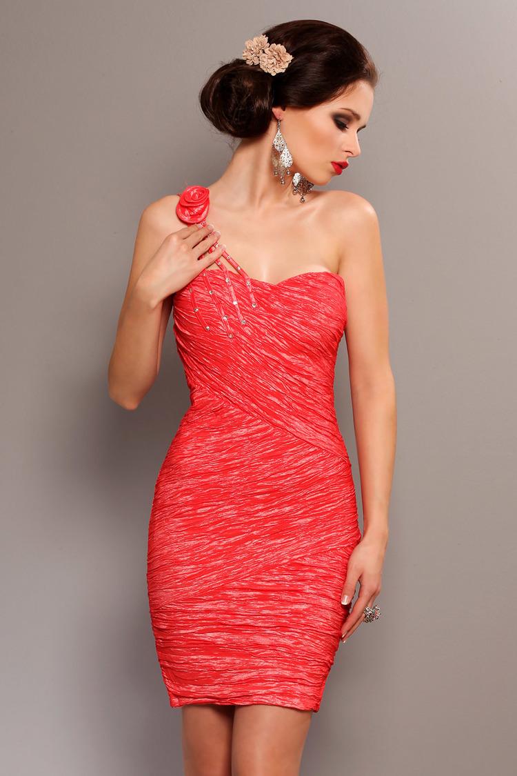 3702-3 Elegancka sukienka, marszczona, zakładana na jedno ramię z ozdobną różą - arbuzowy