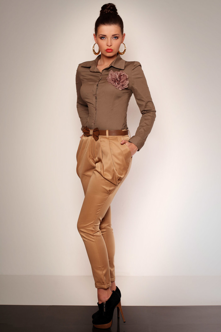 2623-1 Eleganckie spodnie z marszczeniem i kieszonkami + pasek - kremowy