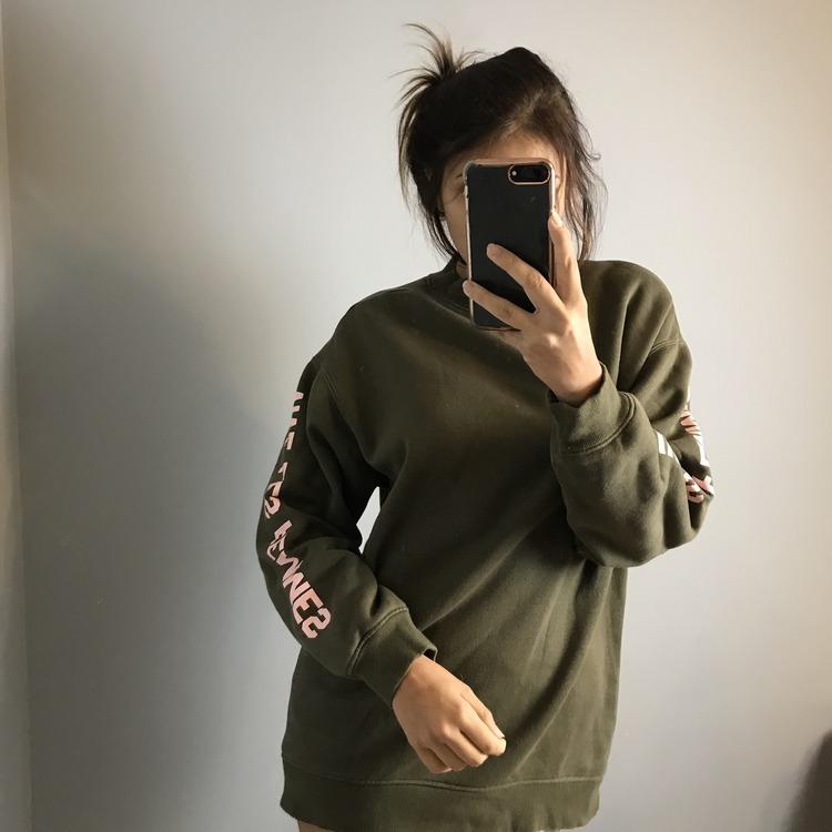 'Za duża' zielona bluza