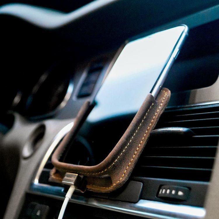 Uchwyt samochodowy do iPhone 8,7,6s - brąz