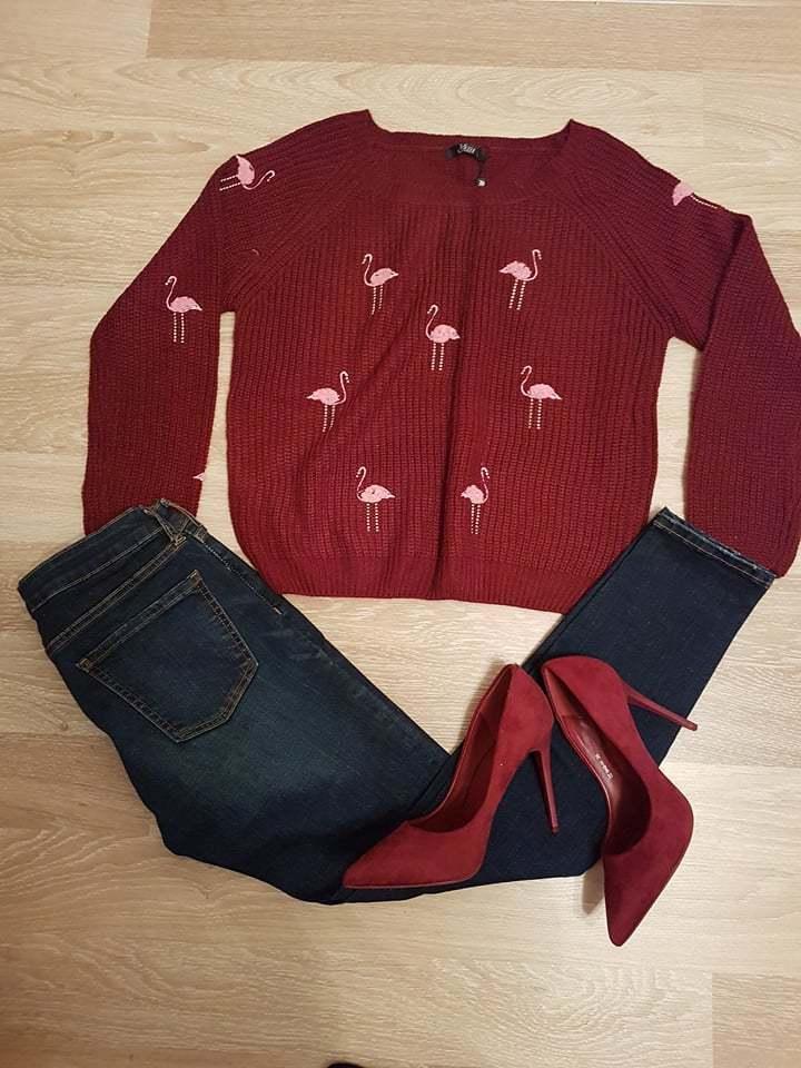 Bordowy sweterek we flamingi