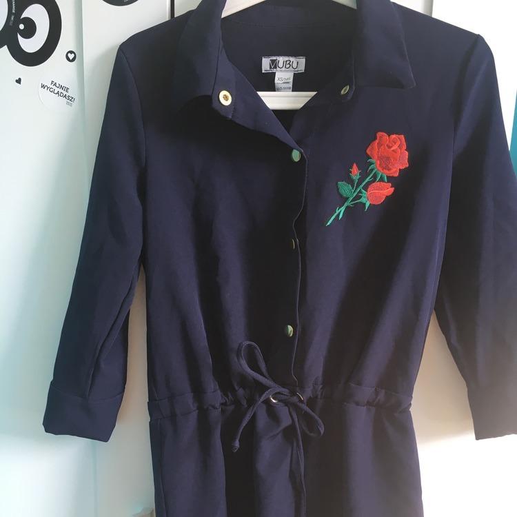 Sukienka z naszywka róży