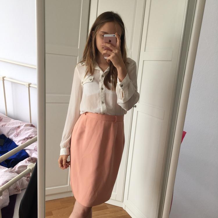 Spódnica do kolan w kolorze łososiowym M