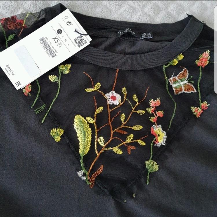 t shirt z motywem kwiatów i dziurami