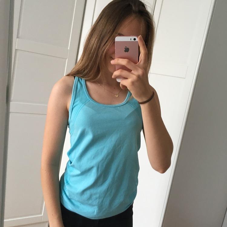 Błękitna bluzka sportowa do treningu